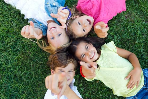 børn der leger i haven