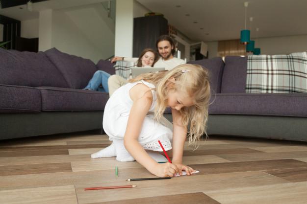 pige der leger på et gulv med varme