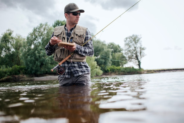 mand i fisketøj fisker