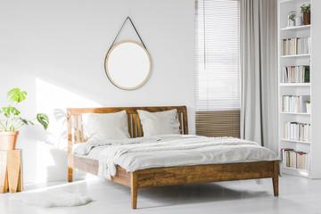 brunt sengestel i træ