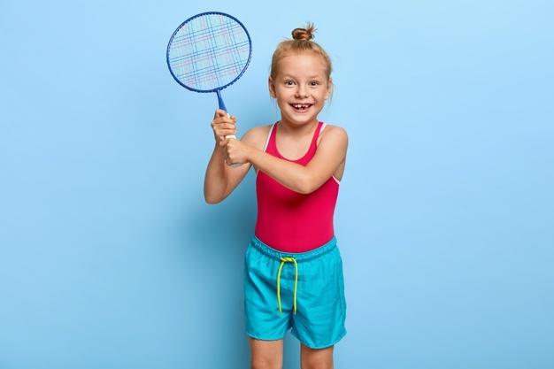pige med badmintonketcher