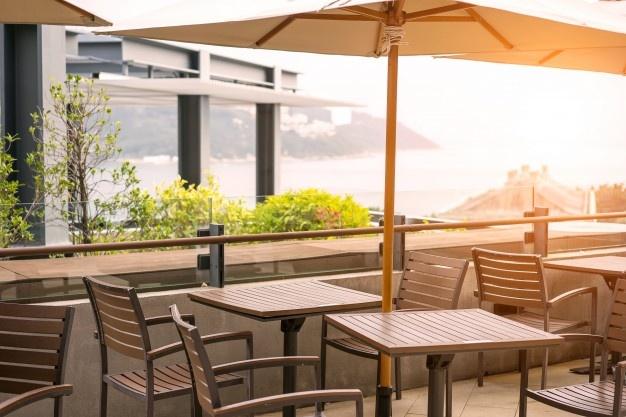 hvid parasol på altan